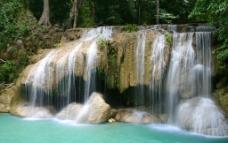 瀑布绿树蓝湖图片