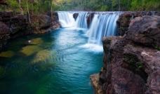 瀑布溪流图片