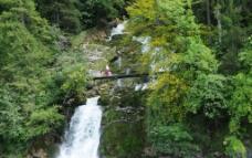 瑞士湖边溪流图片