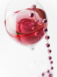 玫瑰花 珍珠 红酒图片