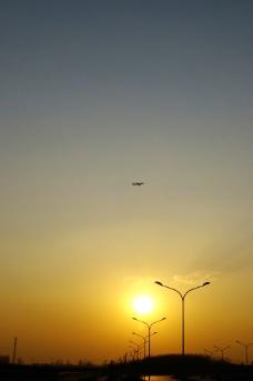 飞跃夕阳图片