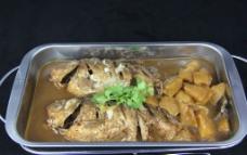 明炉鲫鱼焖土豆图片