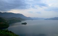 泸沽湖之天边一点红图片