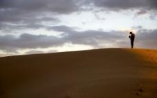 黄昏时在沙漠里孤独的人图片