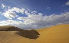 金色的沙漠和蓝天白云图片