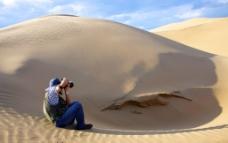 沙漠里的摄影师图片