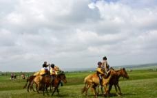 蒙古国草原上的骑马者图片