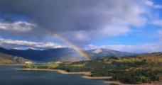 群山彩虹图片